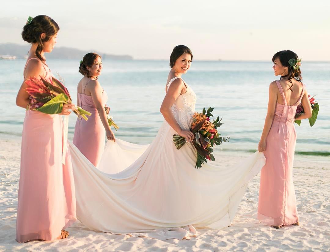 boda de playa novia y cortejo