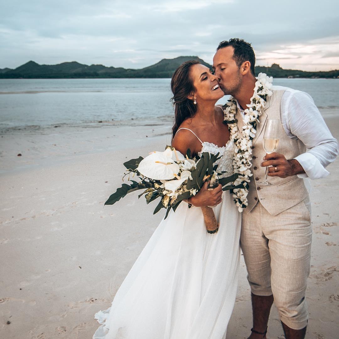 boda de playa novios flores