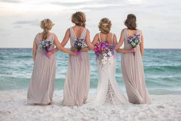 bodas playa damas de honor vestidos flores mar