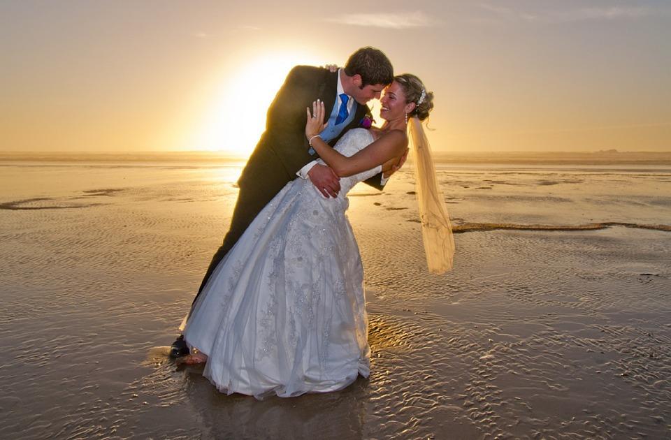 bodas playa atardecer novia novio vestido